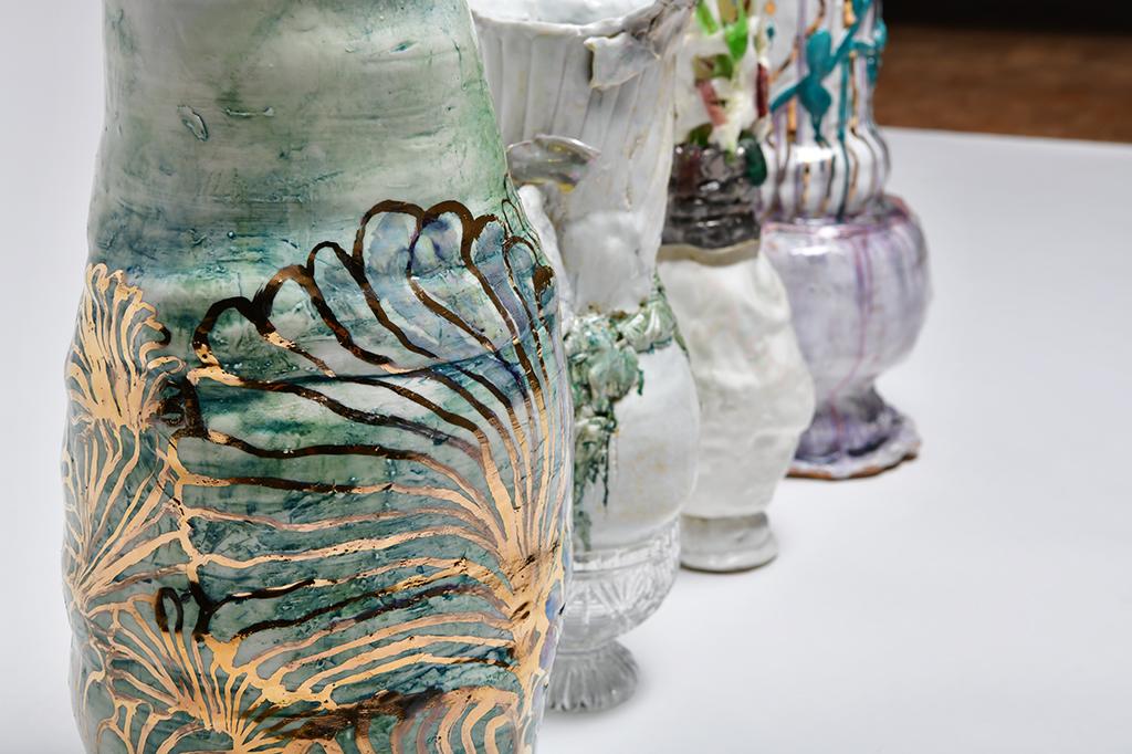 Nahaufnahmen von Keramik von bunt-glasierter keramik von Sarah Pschorn